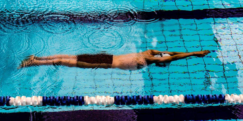 hombre haciendo natacion nusavia